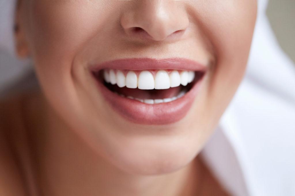 Frau lächelt